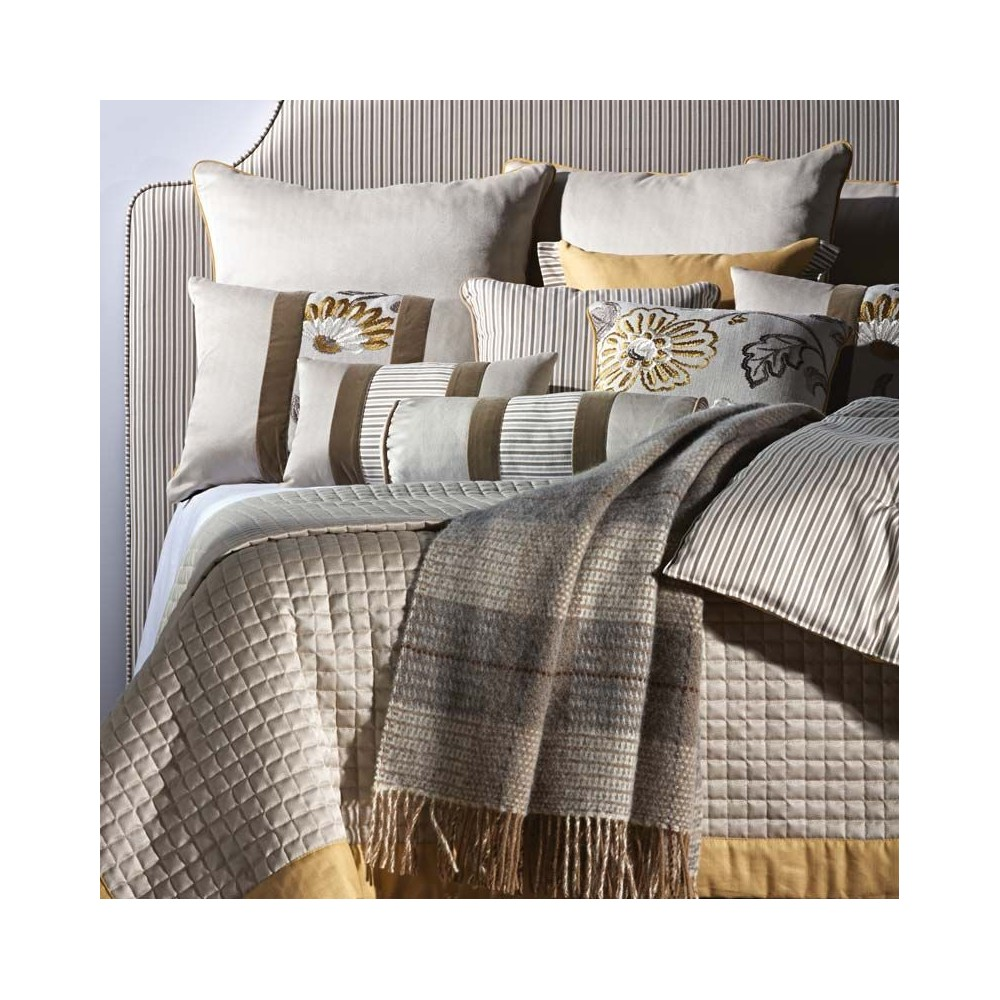 dessus de lit matelass coin. Black Bedroom Furniture Sets. Home Design Ideas